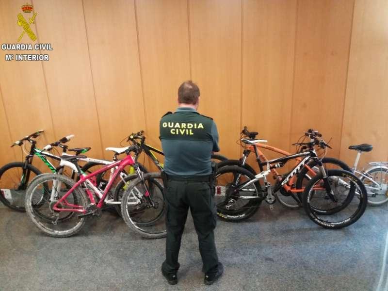 Un agente con las bicicletas recuperadas. EPDA
