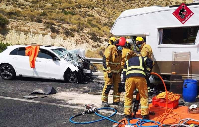 Imagen del accidente de tráfico con dos fallecidos y tres heridos en El Campello. EFE