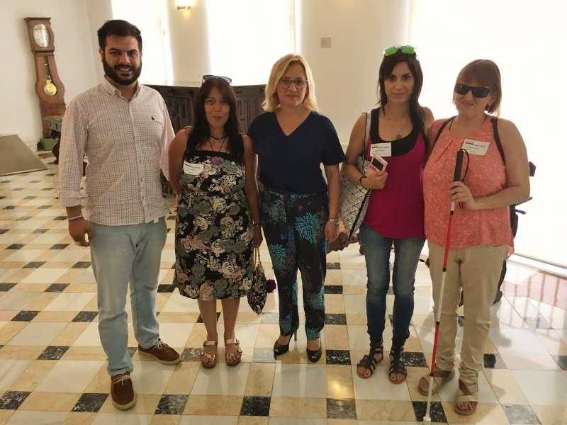 La portavoz del Grupo PP en la Diputación de Valencia, Mª Carmen Contelles y el diputado provincial, Modesto Martínez con representantes del CERMI CV.