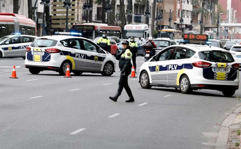 La Policía Local de València, en uno de los controles por la entrada en vigor de las nuevas normas de estado de alarma, en una imagen de estos días. EFE/Juan Carlos Cárdenas