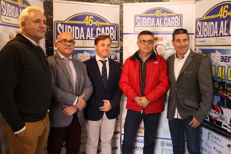 El alcalde de Serra junto a algunos de los presentes en la presentación de la Subida al Garbí, entre ellos Santiago Cañizares. //EPDA