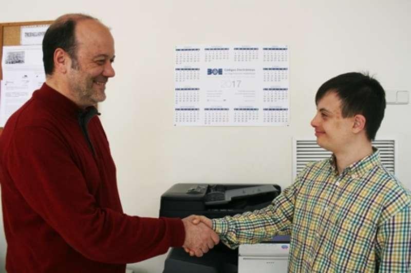 El alcalde saluda al nuevo trabajador. EPDA