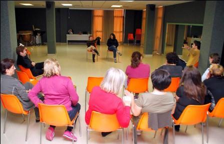 18 mujeres en el grupo de teatro de Puçol, a cargo de Aitor Caballer. EPDA