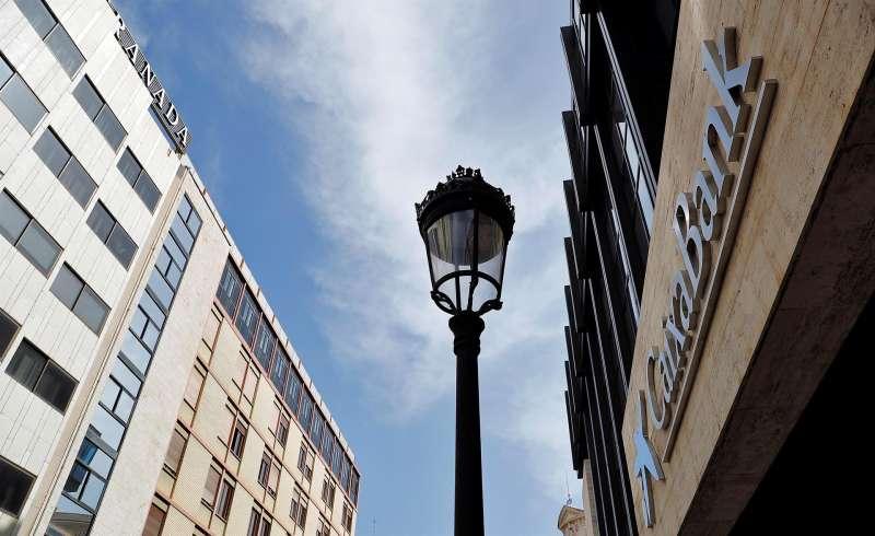 El logo de Caixabank en sus oficinas de València.