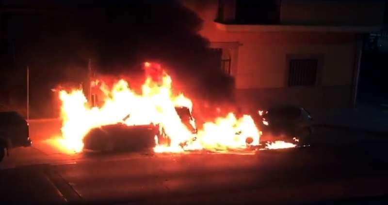 Los dos vehículos ardiendo. Foto. M. Garnes
