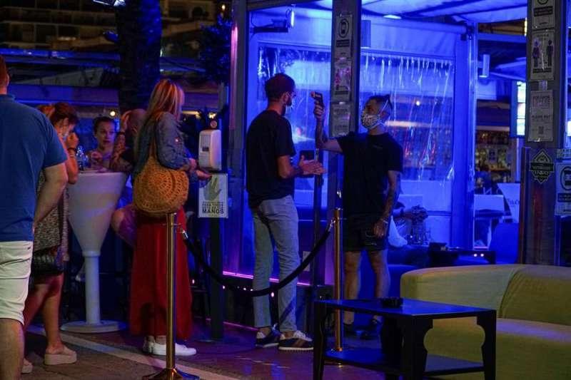 Gente entrando a un local nocturno