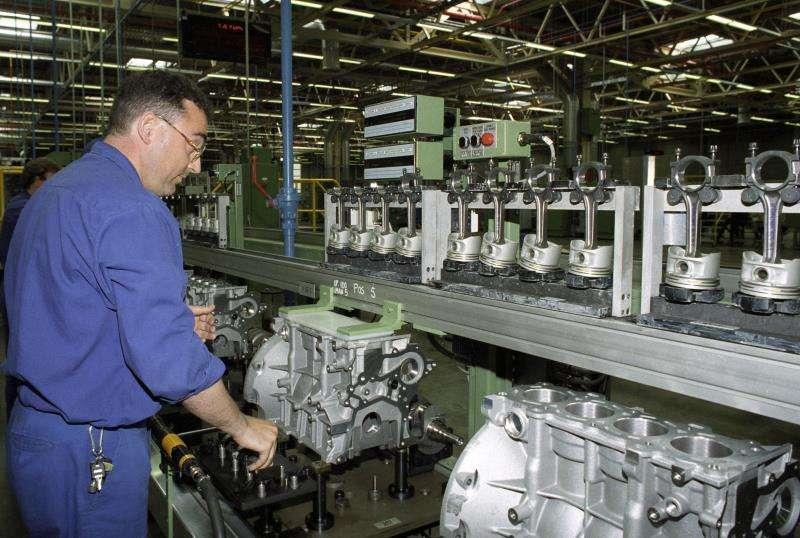 Un operario trabaja en la cadena de montaje de motores. EFE/Archivo SPAIN CAR INDUSTRY FORD: ALMUSAFES (VALENCIA), 05/05/1995.- A worker is seen at the Zetec engines assembly line, inaugurated today inside the Ford factory. EFE/Manuel Bruque