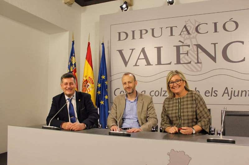 Los diputados provinciales de Ciudadanos José Enrique Aguar y Mamen Peris, en la Diputación de Valencia, con Alexis Marí