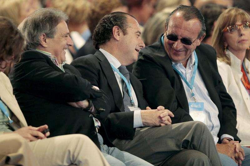 Los expresidentes de las Diputaciones de Valencia, Alicante y Castellón, Alfonso Rus (i), José Joaquín Ripoll (2i) y Carlos Fabra (2d), conversan durante el XVI Congreso Nacional del PP, que se celebró en la Feria de Muestras de Valencia. EFE