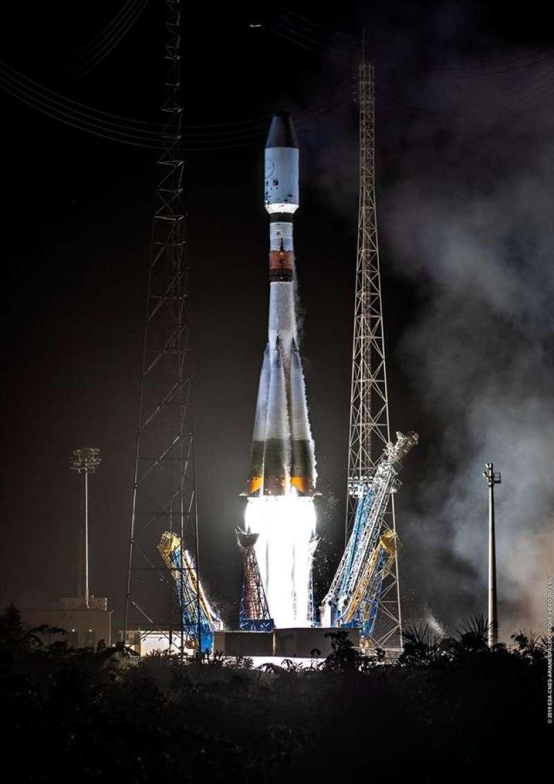 El cohete Soyouz VS23, que despegó con éxito del puerto espacial de Kourou, en la Guayana Francesa, el pasado día 18, en una imagen facilitada por la UPV. EFE