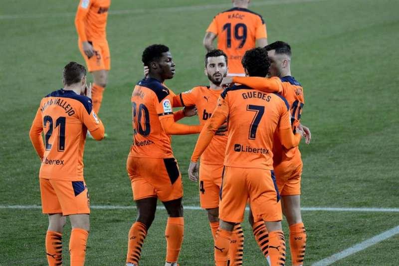 Los jugadores del Valencia celebran el segundo gol del equipo valencianista