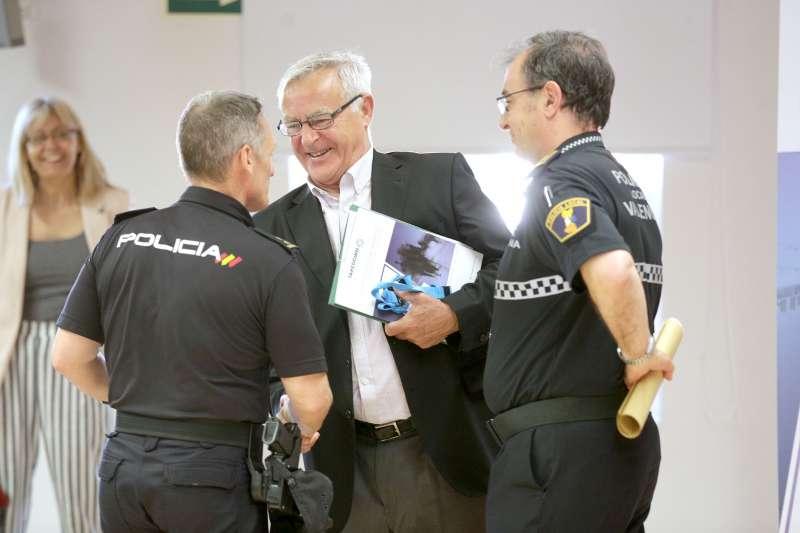 Joan Ribó junto a miembros de la policía