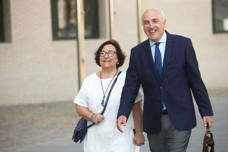 Ali Brancal, a su llegada al juzgado con su abogado con motivo de una querella presentada por el PP municipal. EFE/Archivo