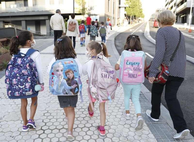 Niños accediendo al colegio. EPDA