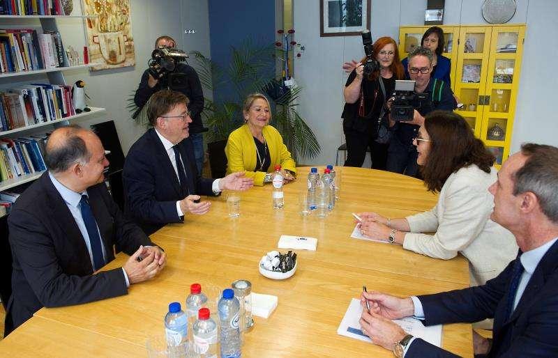 Ximo Puig (2i) durante la reunión que ha mantenido este jueves en Bruselas con la comisaria de Comercio Internacional, Celicia Malsmtröm (2d). EFE/Horst Wagner