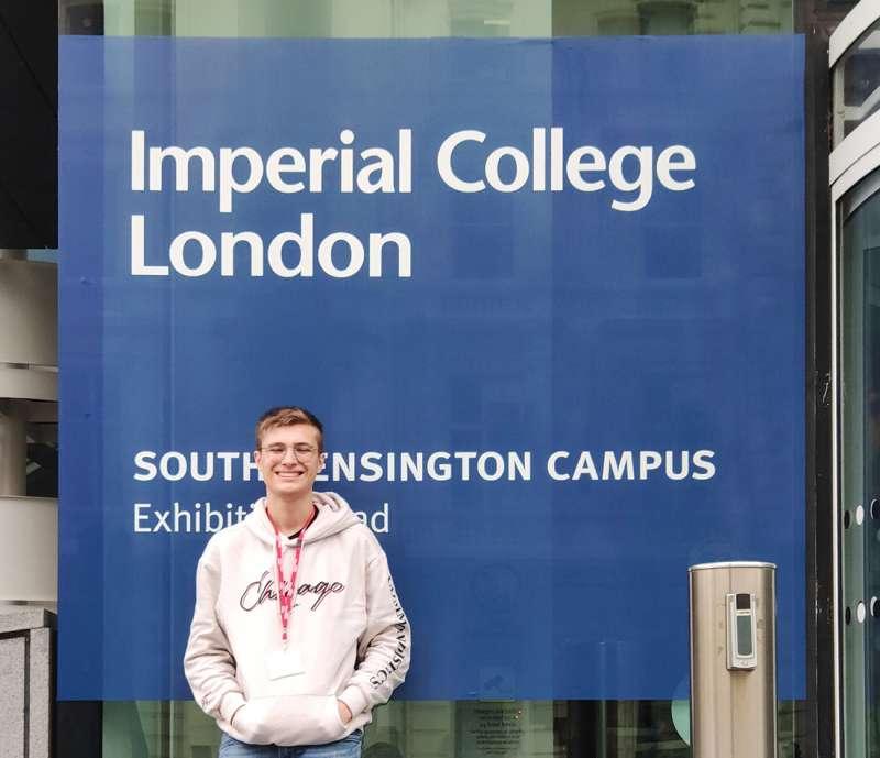 Alumno de Caxton College en la entrada del Imperial College. epda