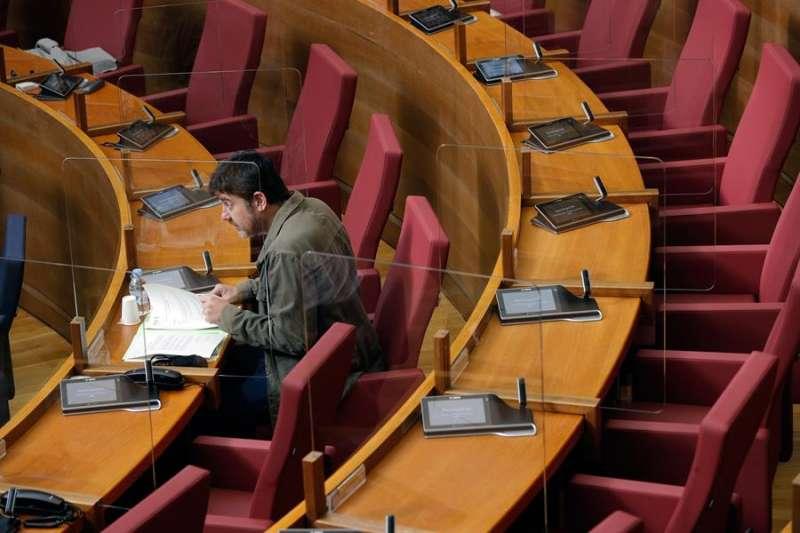 Les Corts Valencianes han instalado mamparas de protección en los escaños del hemiciclo,.EFE