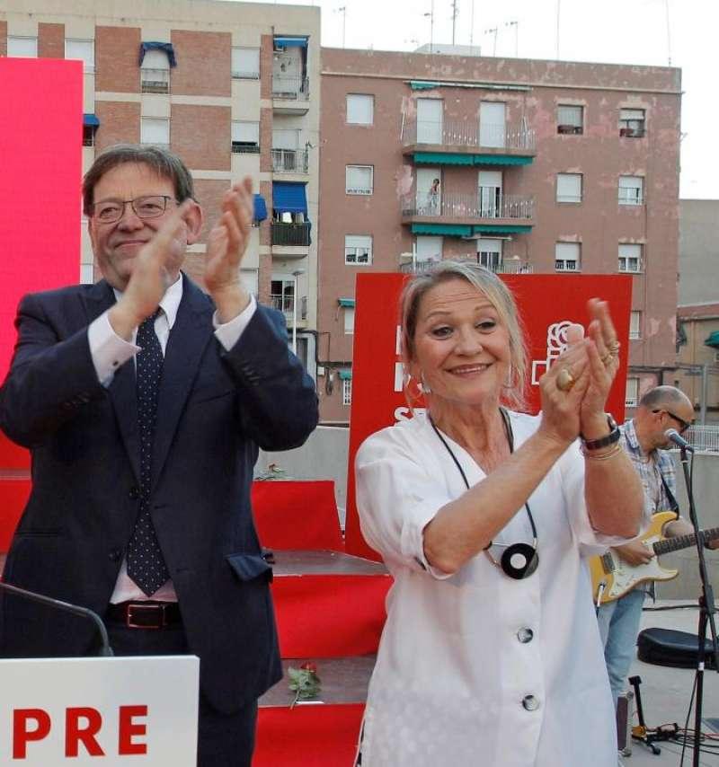 El president de la Generalitat y secretario general del PSPV-PSOE, Ximo Puig (c), junto a la aspirante valenciana al Parlamento Europeo, Inmaculada Rodríguez Piñero, durante un acto electoral. EFE