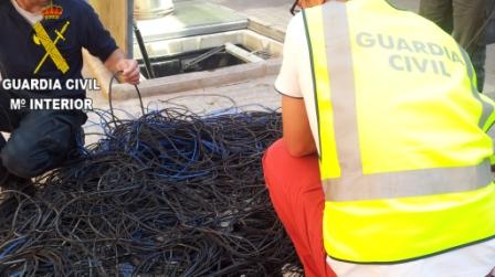 Los agentes con cable de cobre. FOTO: GC