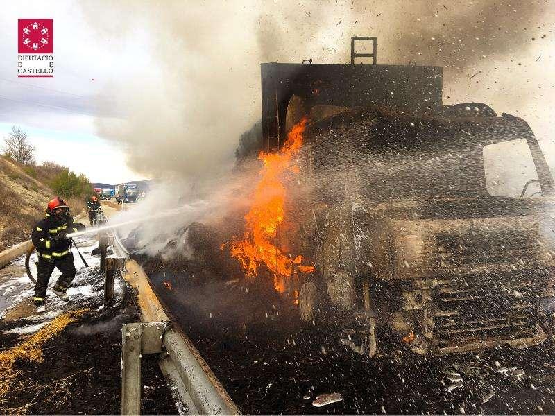Imagen de los bomberos sofocando el incendio del cami�n.EFE/Consorcio Castell�n