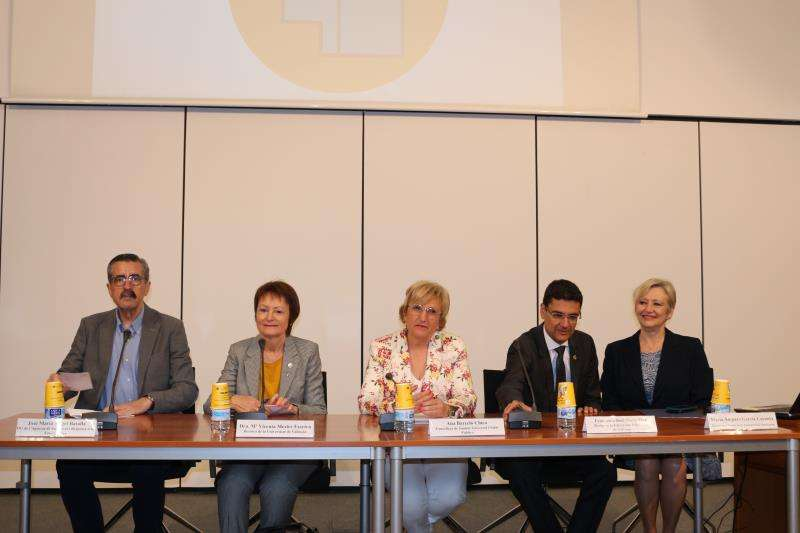 La consellera de Sanidad, Ana Barceló (c), y el director general de la Agencia Valenciana de Seguridad y Respuesta a las Emergencias, José María Ángel (1ºizq), en una imagen de la Generalitat.