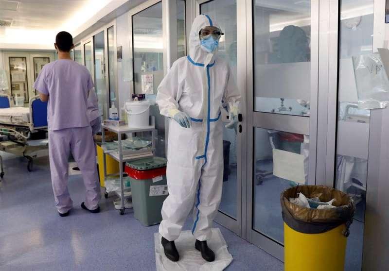 Personal sanitario de la UCI del hospital Clínico de València, en una imagen de estos días. EFE/Juan Carlos Cárdenas