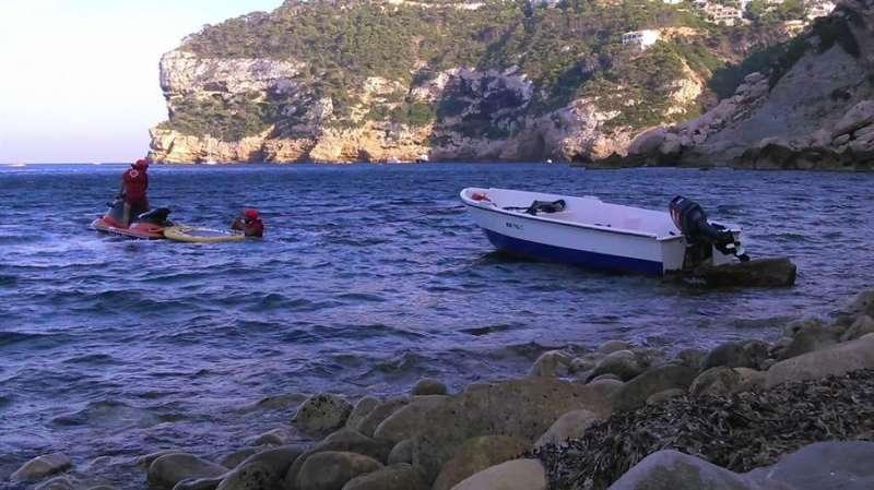 Otra de las pateras arribadas estos días a Xàbia (Alicante), en una imagen de Crus Roja.