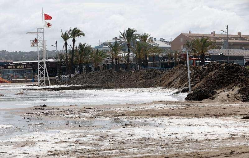 Imagen del muro de arena levantado hoy en la playa del Arenal de Jávea. EFE/Juan Carlos Cárdenas