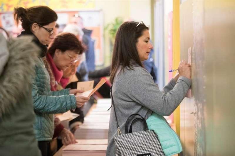 Varias mujeres ejercen su derecho al voto durante la jornada electoral de hoy. EFE/ Marta Pérez