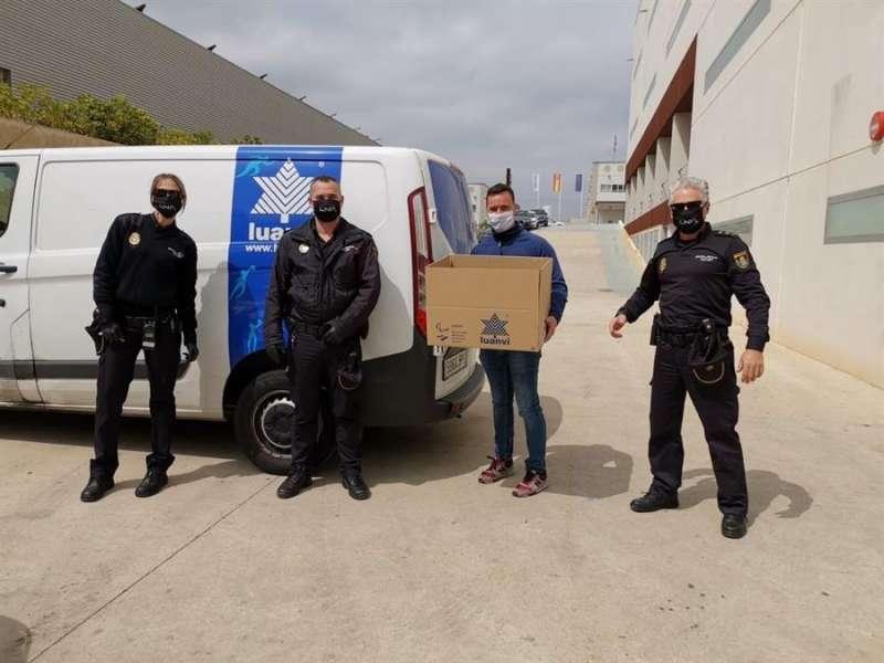 Foto de la Policía Local de Valencia con las mascarillas de Luanvi.