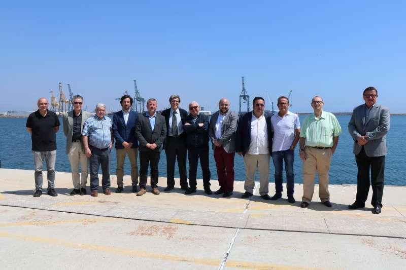 Los alcaldes de la comarca con el presidente de la APV tras la reunión en el puerto de Sagunt. EPDA