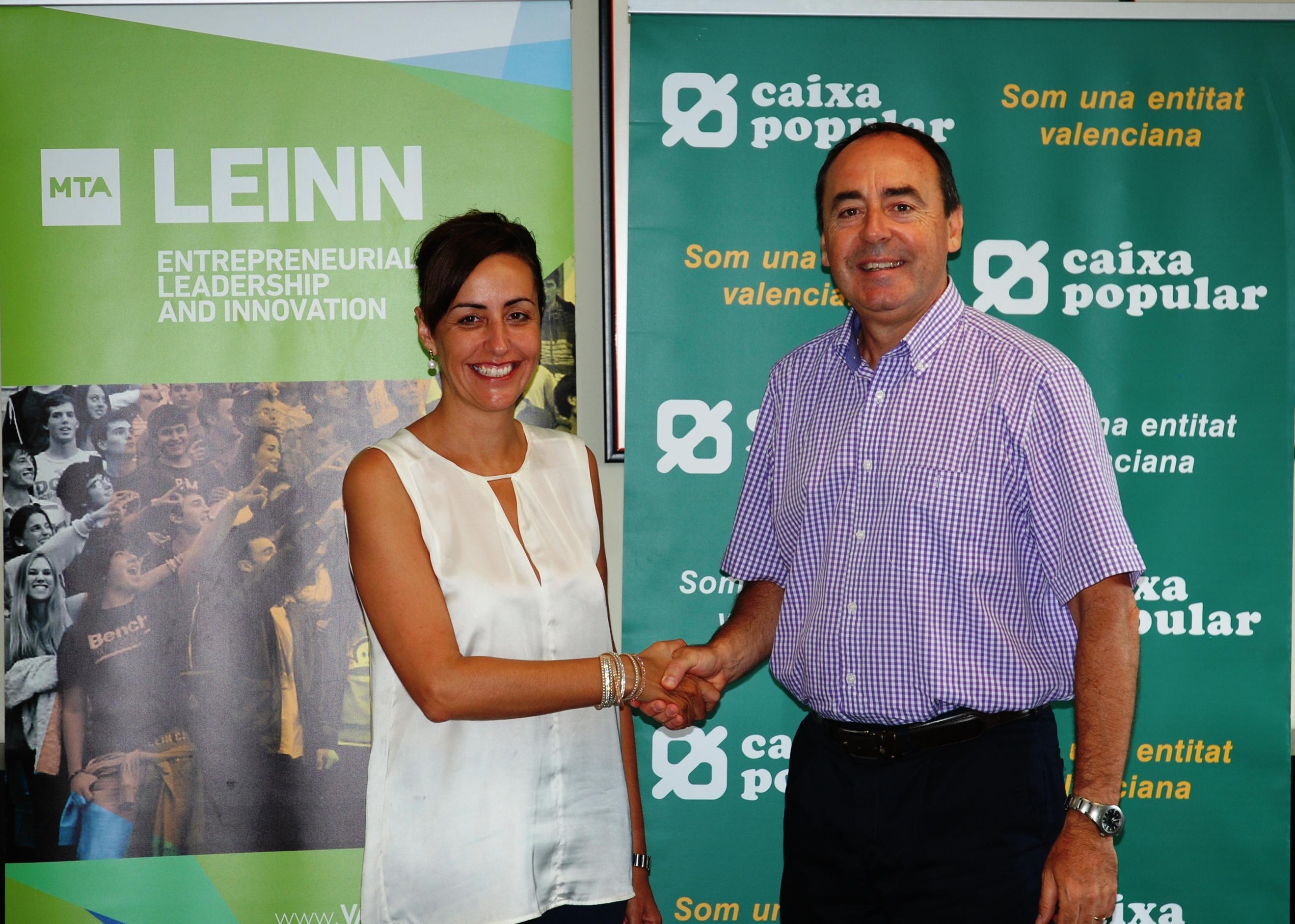 Los representantes de ambas entidades durante la firma