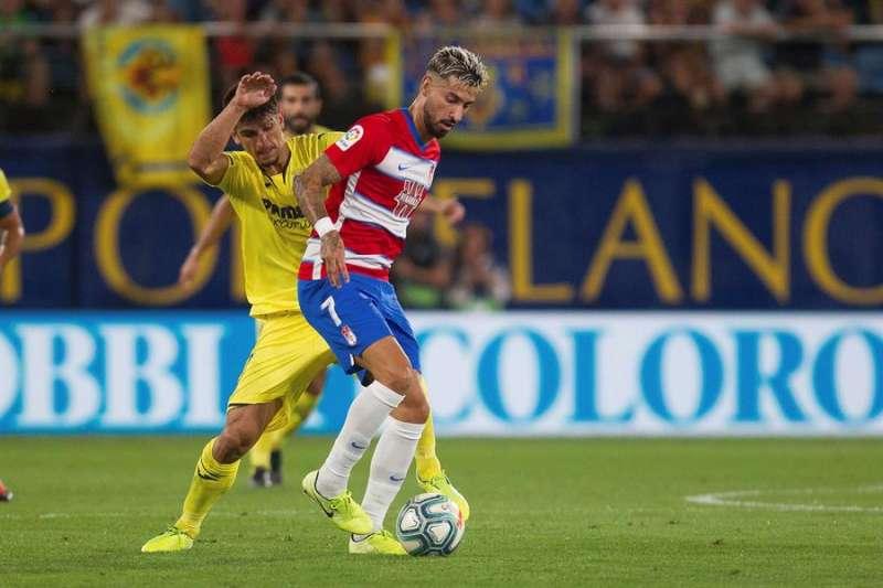 El jugador del Granada, Álvaro Vadillo (d), disputa el balón con el delantero del Villarreal Gerard Moreno (i), en el Estadio La Cerámica, en Villarreal. EFE/Archivo