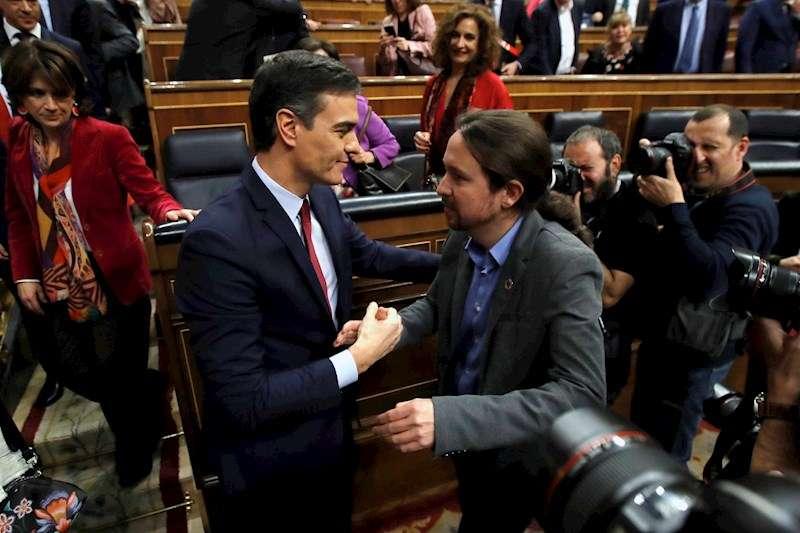 Pedro Sánchez y Pablo Iglesias se felicitan