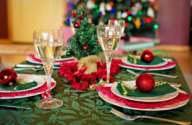 Mesa preparada para la cena navideña