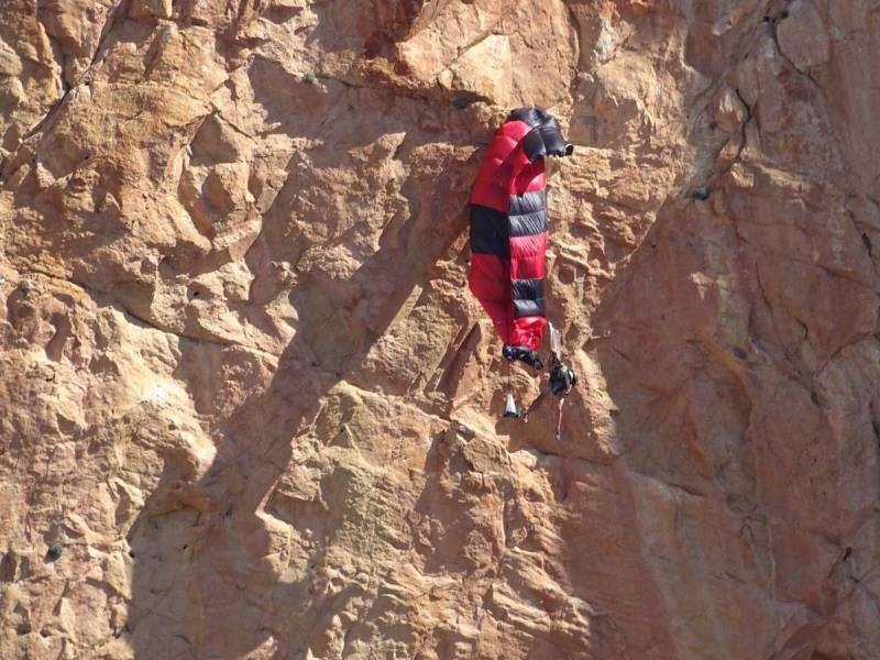 Rescatan a un parapentista colgado a más de 100 metros del suelo en Alicante. Cortado en el que ha quedado enganchado el parapentista (de rojo, en la foto), en una imagen del Grupo de Rescate Consorcio Provincial de Bomberos de Alicante.