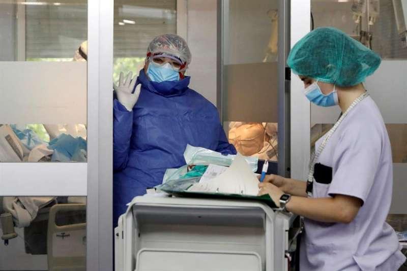 Personal sanitario en una UCI valenciana. EFE/ Juan Carlos Cárdenas/Archivo