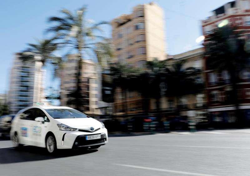 Un taxi circula por las calles de València. EFE/Archivo