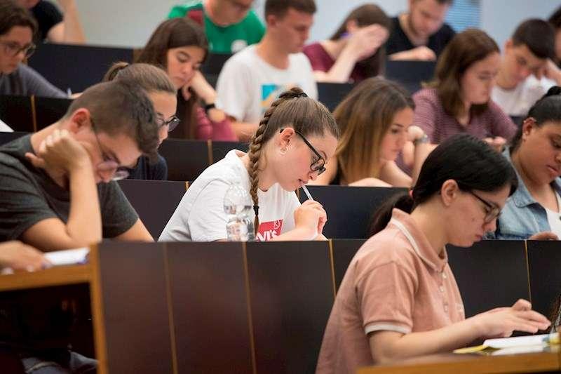 Un grupo de estudiantes al inicio del examen de selectividad. EFE