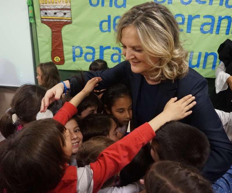 Pilar Mateo abrazada por los niños del CEIP Alfonso X El Sabio