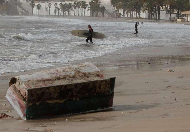 Imagen de la playa de La Albufereta (Alicante) tras el paso de la borrasca Gloria. EFE/Morell