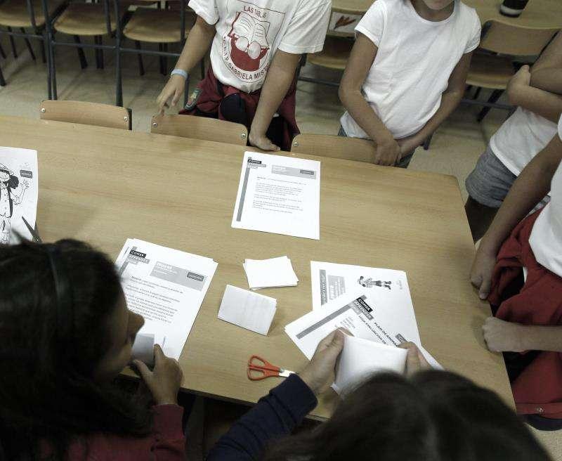 Alumnos de un colegio preparan juntos una actividad. EFE/Archivo