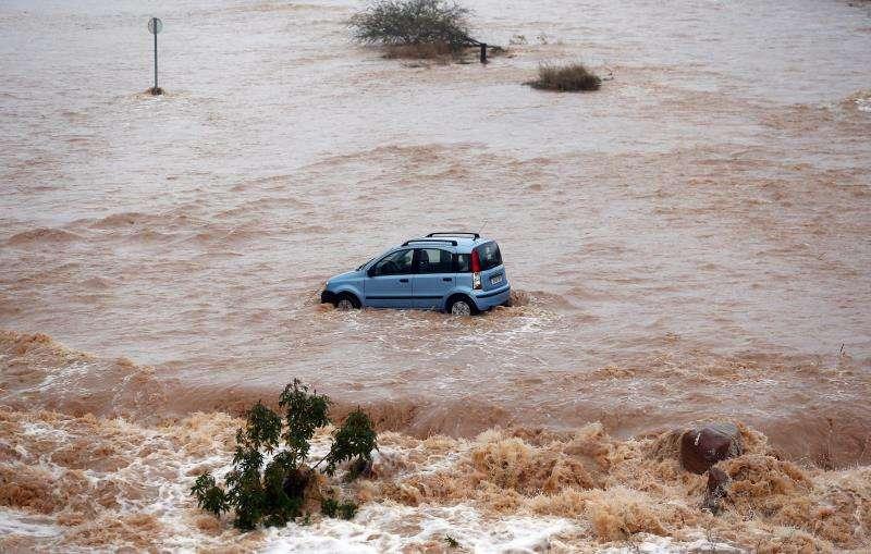 Un coche en medio de un río durante un episodio de lluvias intensas. EFE/Archivo