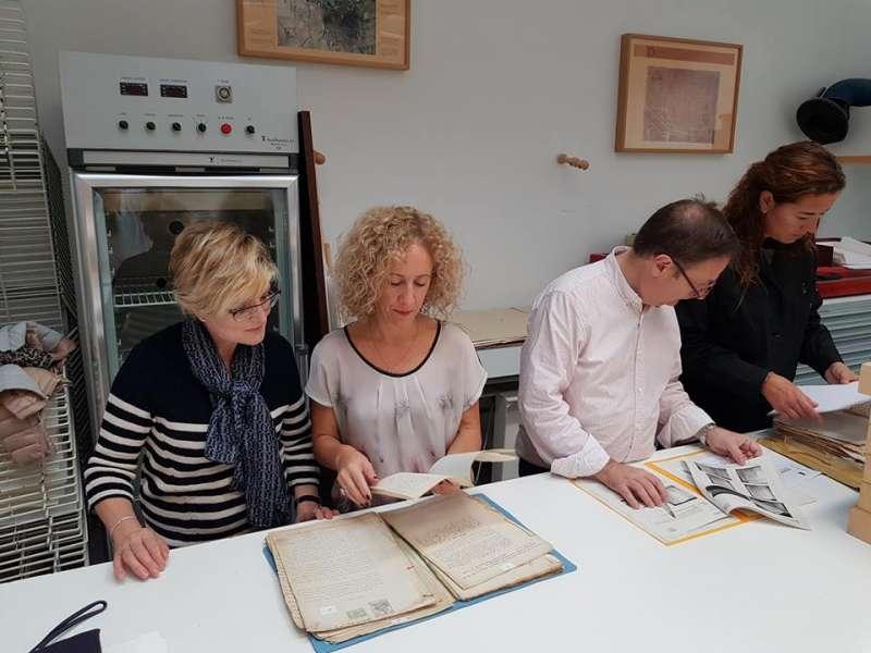 La alcaldesa de Pina entregando los escritos para restaurar
