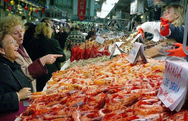 Dos mujeres compran en la pescadería de un mercado. EFE/Archivo