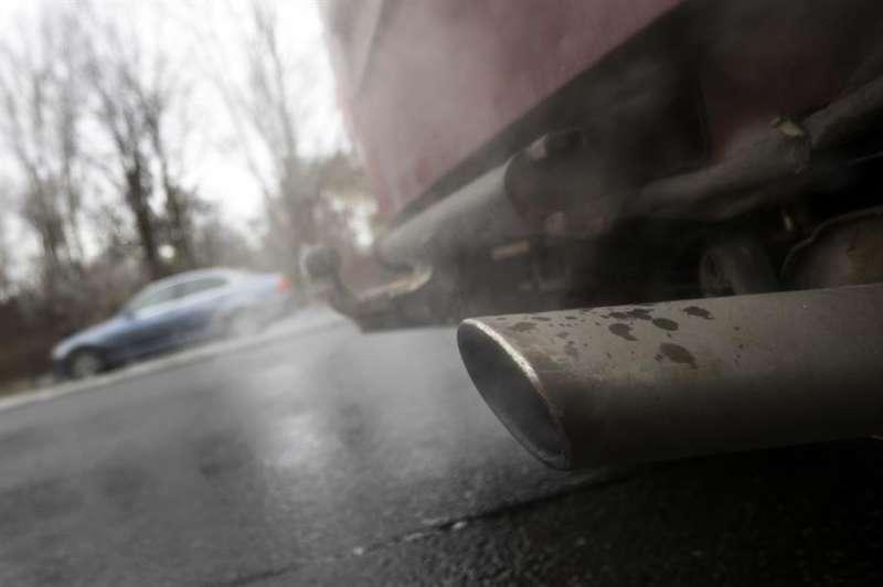 Un tubo de escape de un vehículo expulsa humo. EFE/Archivo