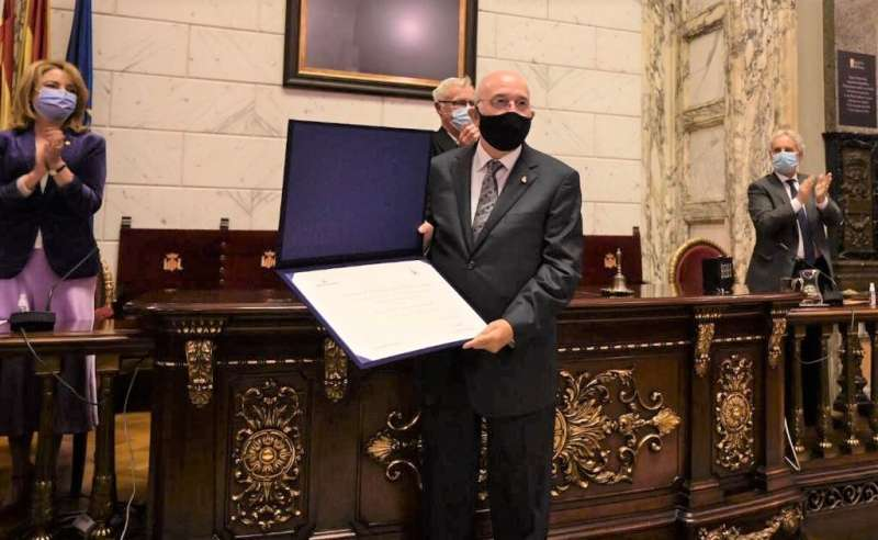 El Dr. Miguel Ángel Sanz distinguido con el premio 'Certamen Médico' en reconocimiento a toda su trayectoria profesional