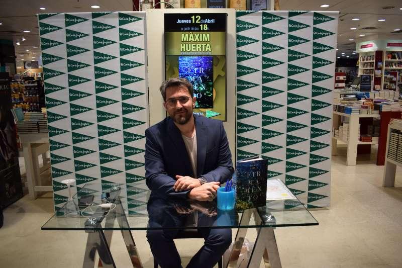 M xim huertaha presentado su ltimo libro firmamento en for Maxim huerta libros