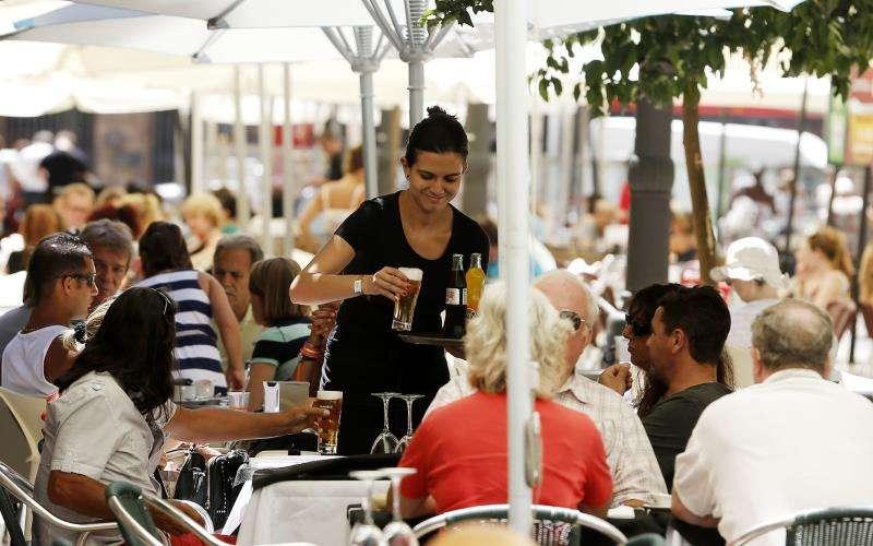 Una camarera trabaja en una terraza del centro de València. EFE/Archivo