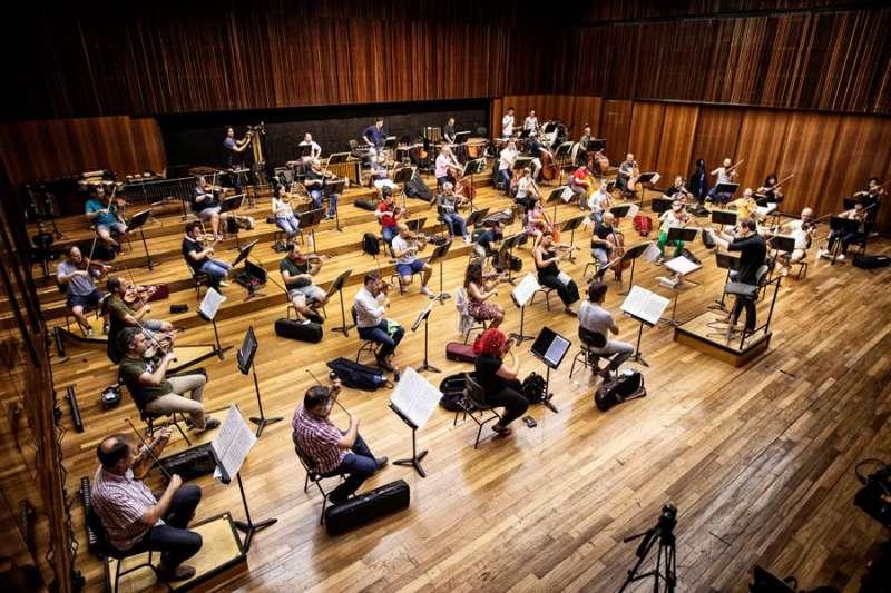 Foto cedida por el Palau de la Música del ensayo por secciones de la Orquesta de Valencia. EFE